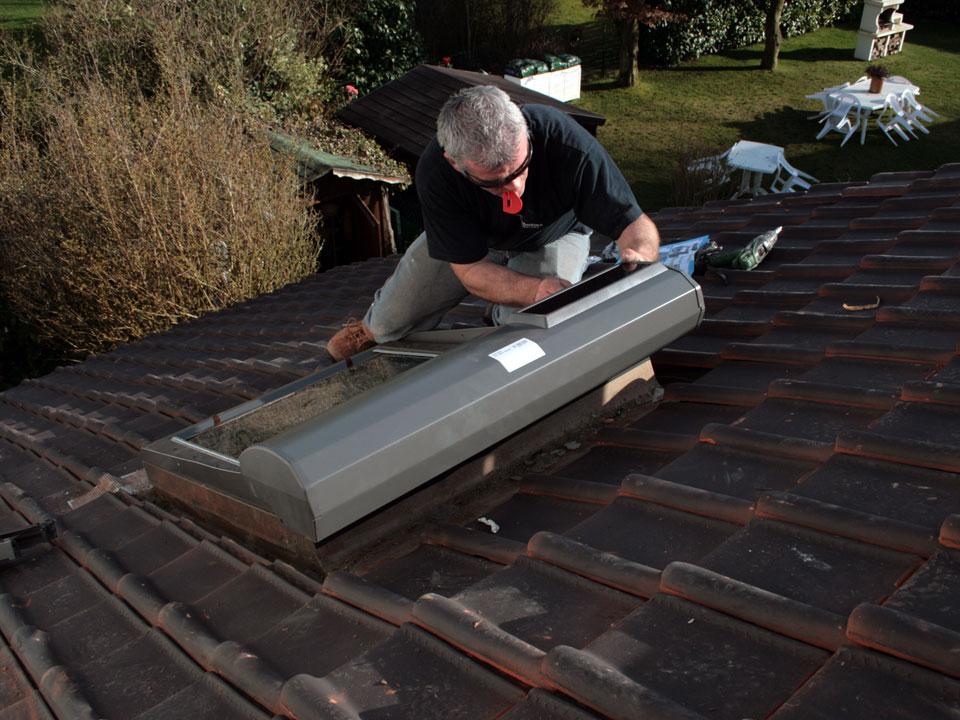 store solaire velux velux sur toiture store de velux velux with montage volet roulant velux. Black Bedroom Furniture Sets. Home Design Ideas